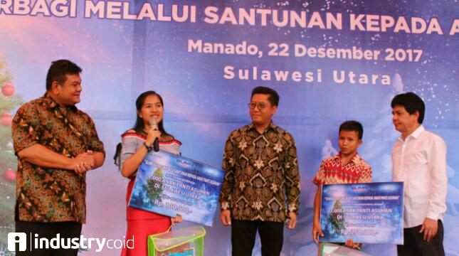 Dirut Pupuk Indonesia (persero) Aas Asikin Idat (paling kanan), Plt. Dirut Angkasa Pura 1 Wendo Asrul Rose (paling kiri) berikan bantuan kepada 1000 anak yatim.