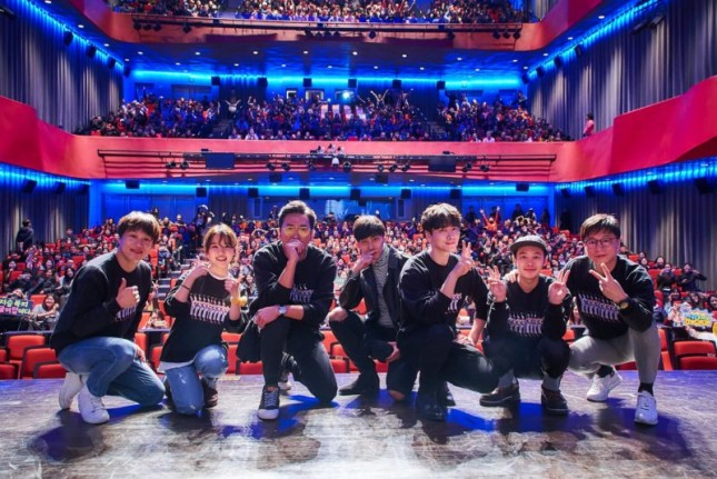 Para Pemain dan Crew Film 'Along With The Gods: The Two World' dalam Acara Greeting Tour di Busan, Korea Selatan. (Source: www.soompi.com)