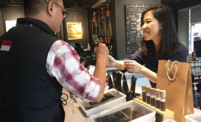 Evani Jesslyn sedang melayani pelanggan kopi di gerai First Crack Coffee Academy (Foto Abe)
