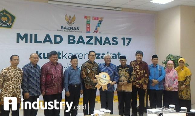 Wakil Ketua BAZNAS Dr. Zainulbahar Noor, SE, M.Ec, menerima sertifikat ISO 9001:2015 dari Lead Auditor WQA Novian AP dalam acara peringatan Milad ke-17 BAZNAS, di Kantor Kemenag Jl. MH. Thamrin, Jakarta, Selasa (16/1/2018). (Foto: Istimewa/BAZNAS)