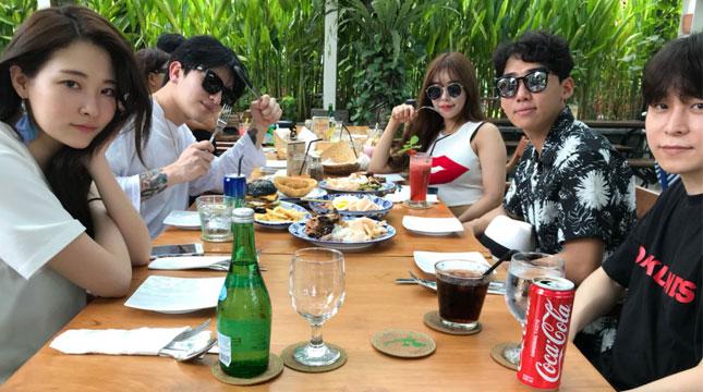 Oh Minji, Kim Hyerim, Lee Eunji, Hwang Kichun, dan Yoon Hyoh Yuk, Artis Asal Korsel yang Menyantap Makanan Indonesia di Restoran de' Dapoer, Sanur, Bali (Foto: Kemenpar)