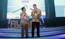 CCS Senior Manager PT Wahana Duta Jaya Rucika Putra Wijaya (kiri) dan National Sales Manager PT Wahana Duta Jaya Rucika Sunyoto Bambang Kusumo berbincang usai meluncurkan merek baru Rucika Wavin