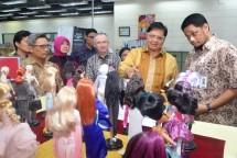 Menperin Airlangga Hartarto beserta Dirjen IKTA Kemenperin Achmad Sigit Dwiwahjono saat mengunjungi pabrik mainan PT Mattel Indonesia (Foto: Humas)