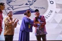 Gus Mus menerima penghargaan di bidang Hak Asasi Manusia, Yap Thiam Hien Award. (Foto Dok Industry.co.id)