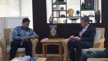 Menperin Airlangga Hartarto bersama CEO PT Cabot Corporation (Foto: Dok. Industry.co.id)