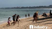 Wisatawan Saat Berlibur di Pantai Kuta, Badung, Bali (Rizki Meirino/Industry.co.id)