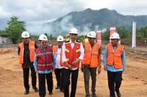 Presiden Jokowi saat meresmikan pembangunan jalan tol Padang-Sicincin, di Jalan Bypass Kilometer 0, Padang (9/2). (Foto: Humas/Anggun)