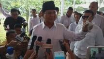 Ketua Umum Partai Gerindra Prabowo Subianto memberikan sambutan dalam acara hari ulang tahun Gerindra yang ke 10 di Kantor DPP Partai Gerindra, Ragunan, Jakarta Selatan, Sabtu (10/2).