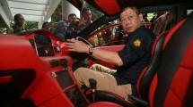 Menteri ESDM Ignasius Jonan mencoba mobil listrik buatan ITS
