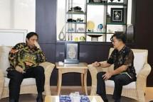 Menperin Airlangga Hartarto bersama CEO PT Arwana Citramulia Tbk. Tandean Rustandy (Foto: Dok. INDUSTRY.co.id)