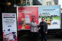 Bukalapak dan JNE berfoto didepan JTR atau JNE Trucking. (Dok Industry.co.id)