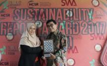 Manajer Keberlanjutan APP Sera Noviany saat menerima Penghargaan Khusus untuk Penerapan Dini Standar GRI (Foto: Humas)
