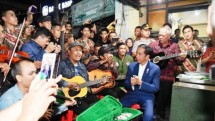 Presiden Jokowi dan pemusik jalanan (Foto Dok Industry.co.id)
