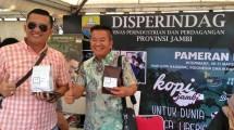 Kepala Disperindag Provinsi Jambi Ariansyah (kiri) memamerkan kopi produksi petani Jambi pada Pameran dan Expo Kopi Nusantara 2018, di Intermark Hall, BSD, Tangerang, Jumat (9/3/2018). (IST)
