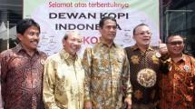 Menteri Pertanian Amran Sulaiman bersama Ketua Umum Dekopi Anton Apriyantono dan Wakil Ketua Umum Dekopi Gozali Hansen usai pengukuhan pengurus Dekopi di Tangerang Selaran, Minggu (11/3/2018).(IST)