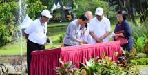 Presiden Jokowi menandatangani prasasti Tugu Plasma Nutfah Kelapa Sawit Indonesia di Kebun Raya Bogor (Foto Dok Industry.co.id)