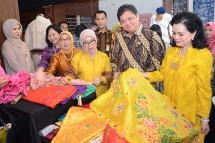 Menperin Airlangga Hartarto bersama Ketua Umum Dekranas Mufidah Jusuf Kalla (Foto: Humas)