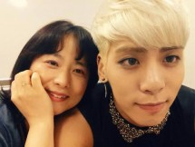 Jonghyun SHINee dan ibunda. (Foto: Kvibes)