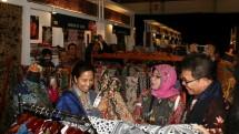 Menteri BUMN Rini Soemarno saat mengunjungi salah satu booth UMKM dalam Ajang Telkom Craft (Foto: Herlambang/Industry.co.id)