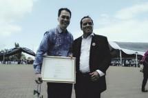 Direktur PT BWJ Purnomo dan GM PT BWJ Widi saat menerima penghargaan (foto Dije /Industry.co.id)