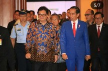 Menperin Airlangga bersama Presiden jokowi