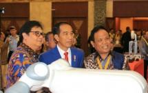 Menperin airlangga bersama presiden jokowi di acara roadmap industri 4.0