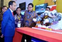 Presiden Joko Widodo bersama Menteri Perindustrian Airlangga Hartarto saat peluncuran Making Indonesia 4.0