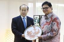 Menteri Perindustrian Airlangga Hartarto bersama Duta Besar China untuk Indonesia Xiao Chian