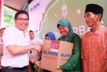 Direktur Utama Telkom Alex J. Sinaga (kiri) menyerahkan Bingkisan kepada perwakilan warga RW 09 Gunung Sahari dalam kegiatan BUMN Hadir Untuk Negeri di Masjid Jami Al Amir, Kemayoran, Jakarta Pusat beberapa waktu lalu.