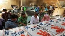 Kepala Badan Ketahanan Pangan (BKP) Kementerian Pertanian, Agung Hendriadi meninjau beras serapan Bulog