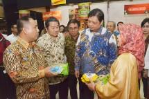 Menteri Perindustrian Airlangga Hartarto bersama Ketua Umum Gapmmi Adhi Lukman