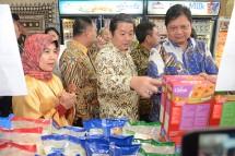 Menteri Perindustrian Airlangga Hartarto bersama Ketua Umum Gapmmi Adhi Lukman dalam acara Pameran Industri Makanan dan Minuman di Plasa Industri Kementerian Perindustrian