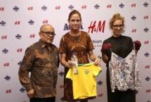 Danone Aqua bersama H&M Indonesia menandatangani kerja sama mengolah kembali sampah botol plastic menjadi produk fashion.