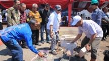 Komisaris PT BAL HM Soenarto Sholahuddin (tengah) melakukan peletakan batu pertama cold storage di Probolinggo, Minggu (29/4/2018).