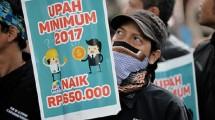 Ilustrasi demonstasi buruh menuntut kenaikan UMK. (Bay Ismoyo/AFP)