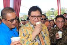 Menteri Perindustrian Airlangga Hartarto bersama Dirjen Industri Agro Kemenperin Panggah Susanto seusai menghadiri Panen Raya Kopi dan Temu Wicara Pelaku Usaha Kopi di Temanggung, Jawa Tengah