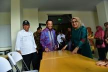 Saleh Husin saat mendampingi Mufidah Jusuf Kalla meresmikan infrastruktur bagi Sekolah Pelatihan Tenun Kriya Minang di Nagari Tigo Jangko, Kecamatan Lintau Buo Utara, Sumatera Barat.