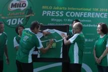 Sandiaga Uno menandatangani kaus peserta sebagai simbolis wujud partisipasi terhadap MILO Jakarta International 10K 2018