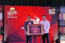 Triawan Munaf, Kepala BEKRAF dan Paulus Immanuel, Direktur PT Santos Jaya Abadi meresmikan program Secangkir Semangat (14/5/2018) di Menteng, Jakarta. (Dina Astria/Industry.co.id)