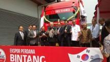 Menteri Perdagangan Enggartiasto Lukita bersama Duta Besar Korea Selatan untuk Indonesia Kim Chang-beom melepas ekspor perdana bir bintang ke Korea Selatan