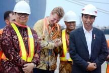 Menteri Perindustrian Airlangga Hartarto bersama Presiden Joko Widodo saat melepas ekspor produk manufaktur ke AS di Pelabuhan Tanjung Priok, Jakarta