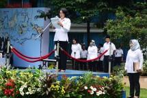 Direktur Jenderal Informasi dan Komunikasi Publik Rosarita Niken Widiastuti saat membacakan Sambutan Menteri Kominfo dalam Upacara Peringatan Hari Kebangkitan Nasional ke-110 di Lapangan Anantakupa Kementerian Komunikasi dan Informatika, Jakarta