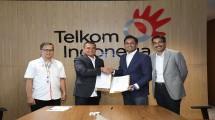 Direktur Enterprise & Business Service Telkom Dian Rachmawan (kedua dari kiri), President (ASEAN) Cisco Systems Naveen Menon (kedua dari kanan), Managing Director (ASEAN) Cisco Systems Dharmesh Malhotra (paling kanan) dan Vice President Enterprise Bu