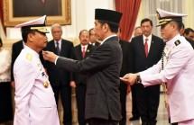 Presiden Jokowi melantik Siwi Sukma Adji sebagai KSAL, dan menaikkan pangkat jadi Laksamana, di Istana Negara (Foto: Rahmat/Humas)