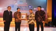 Fadel Muhammad (dua dari kiri) memberikan award ke salah satu perusahaan berinovasi digital