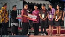 Menteri Koperasi dan UKM Puspayoga, Sabtu (26/5) tepat pada perayaan ulang tahun Bali TV ke-16 di Denpasar, Bali. Puspayoga menyerahkan secara simbolik dana yang jumlahnya mencapai hingga 13 juta per orang kepada ke-20 mahasiswa.