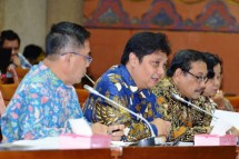 Menteri Perindustrian Airlangga Hartarto bersama Sekretaris Jenderal Kementerian Perindustrian Haris Munandar saat rapat kerja dengan Komisi VI DPR RI