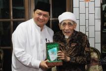 Menperin Airlangga Hartarto bersama Pendiri Pondok Pesantren Al-Anwar, KH Maimoen Zubair