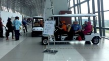 PT Angkasa Pura II (persero). Untuk mempermudah penumpang menuju gate, PT AP II menyediakan layanan golf car assistance berbasis IoT (Internet of Things).