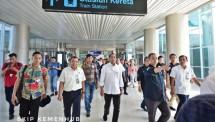 Menteri Perhubungan Budi Karya Sumadi usai tiba di Bandara Soekarno Hatta dengan menggunakan Kereta Bandara dari Stasiun Sudirman City pada Selasa (19/6).